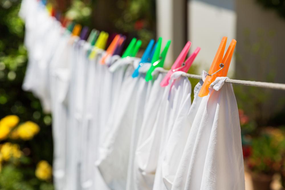 Det er vigtigt at vaske det hvide tøj på den rigtige måde. Få gode råd her!