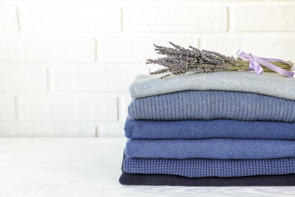 slip af med møl i tøjet ved at lægge lavendel i skabet eller kommoden