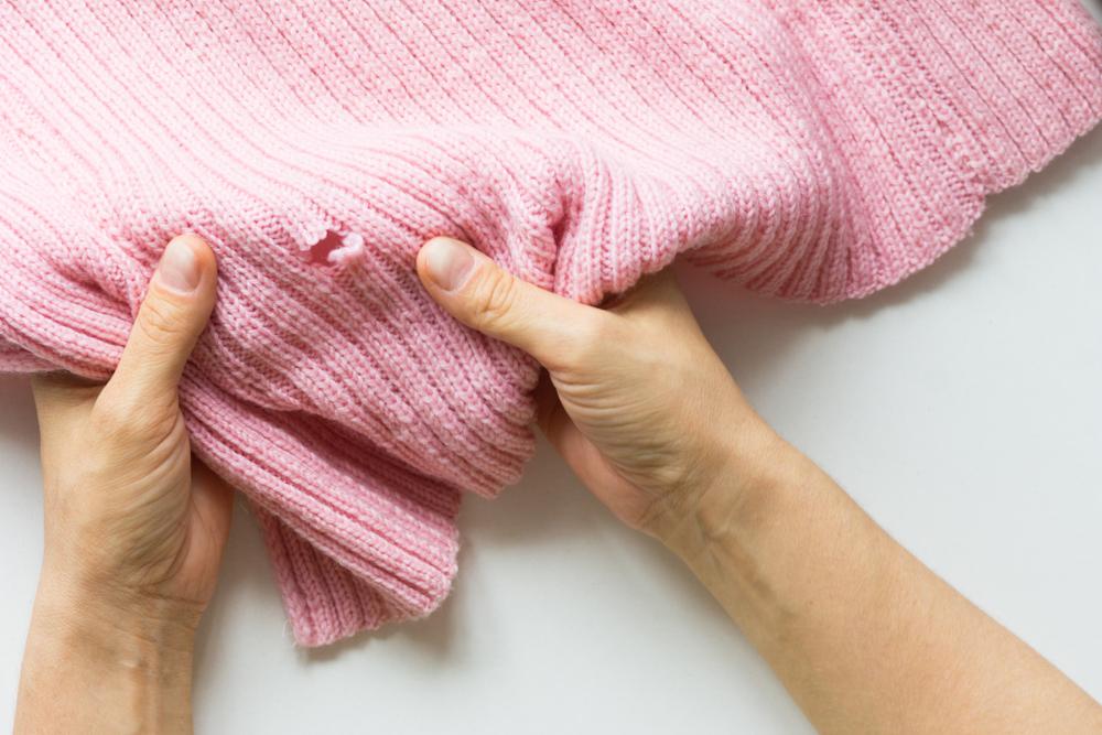 møl og deres larver laver huller i tøjet, men hvordan undgår du dem?