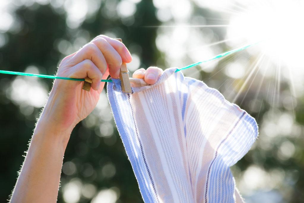 Tørre vasketøj udenfor eller indenfor